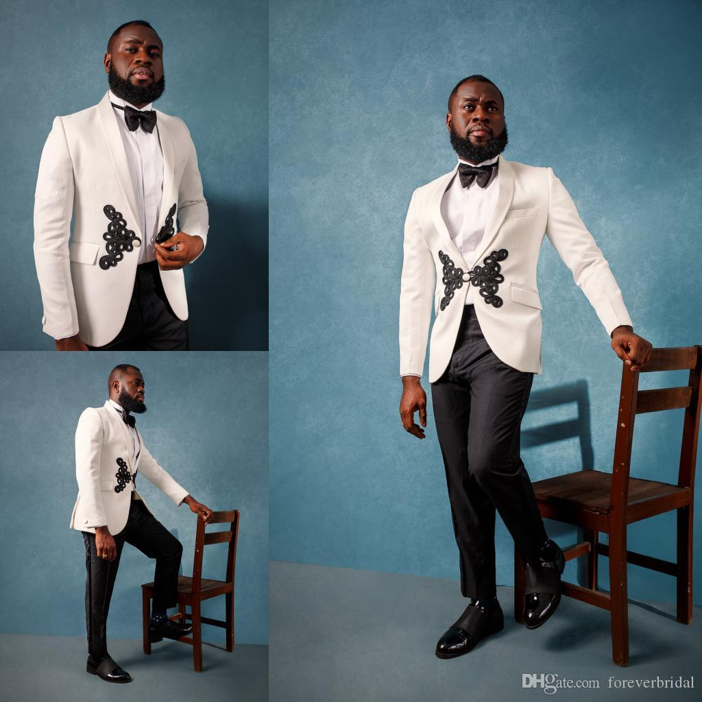 Personalizza ultimi smoking di promozione degli uomini Prom Smoking Bianco Applique One Button Groom Wear Per Prom Party Formale Due pezzi Abiti uomo