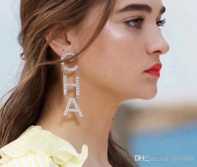 Nuovo caldo! 2019 Designer Full Rhinestone Letter Nappa Orecchini Per donna Moda Orecchini a bottone Regali Gioielli Oro e argento