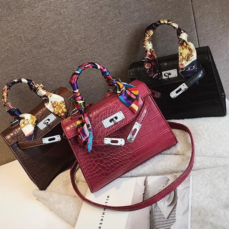 2020 Grande capacité Femmes Sacs à bandoulière sacs fourre-tout d'aide aux femmes Messenger Sacs avec pompons designers célèbres sacs à main en cuir 8820