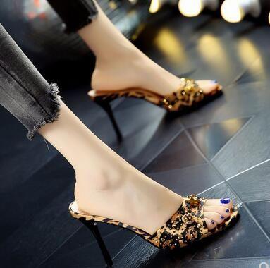 Sandalias de tacón alto delgadas del remache del agua del remache del verano de las nuevas mujeres de la moda