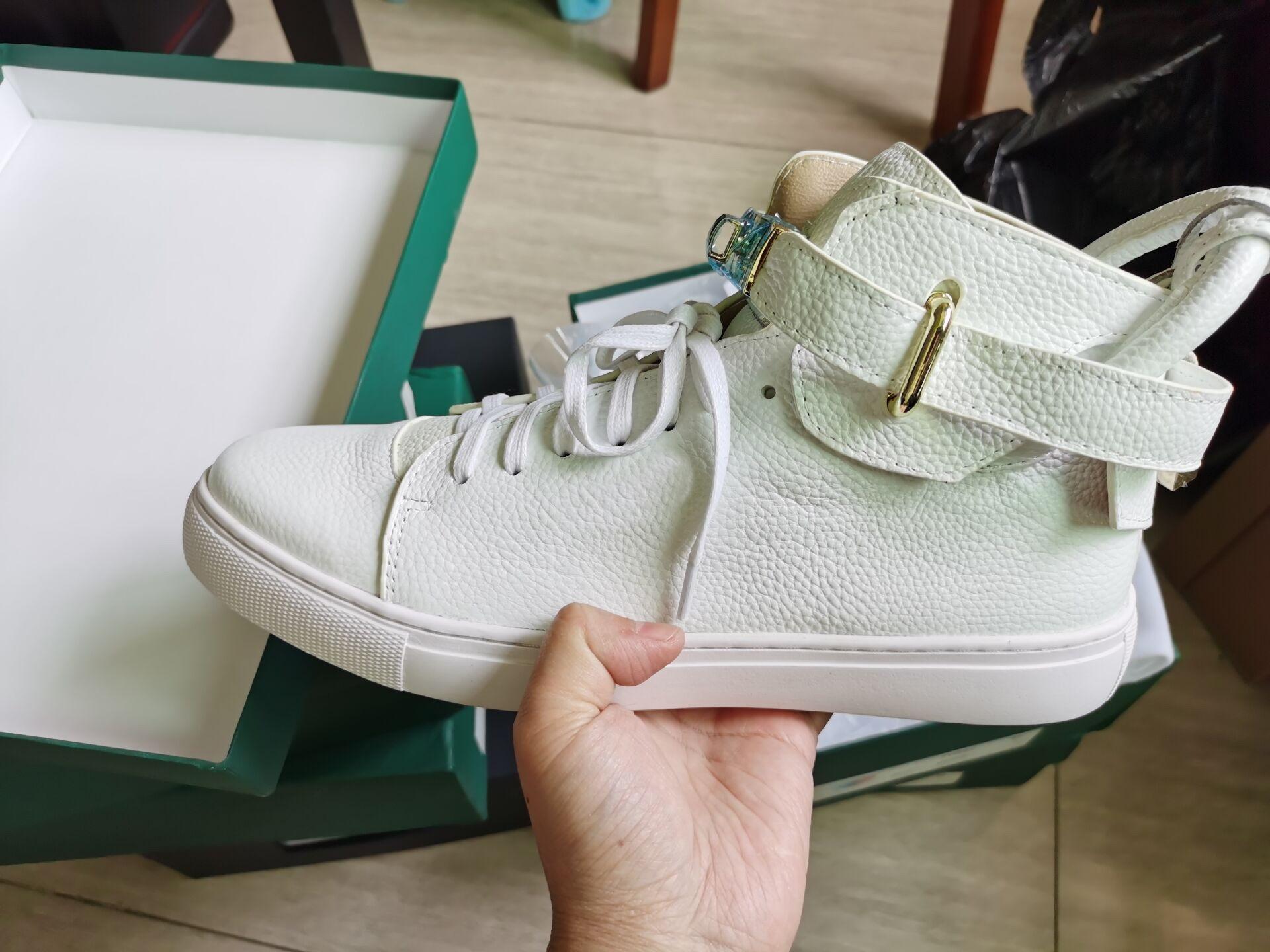 El nuevo diseñador de zapatillas de deporte superiores de cuero de vaca de los hombres de moda zapatos planos ocasionales cómodos zapatos de los zapatos de bloqueo de rojo / negro / blanco del color