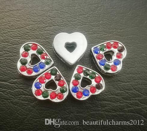 Il commercio all'ingrosso 100pcs / lot 8mm ha colorato gli accessori fai da te di fascino dello scorrevole del cuore dei cristalli di rocca misura per le strisce del telefono del braccialetto / braccialetto di 8MM diy