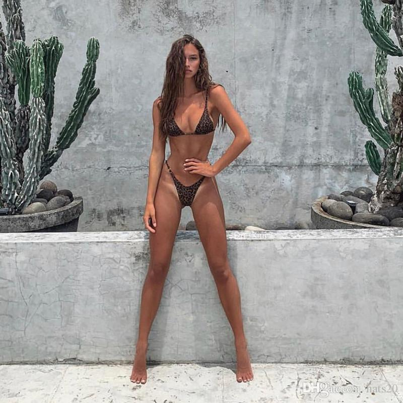 Gigantischer Riesendildo Frauen in Mikro Bikini Bilder