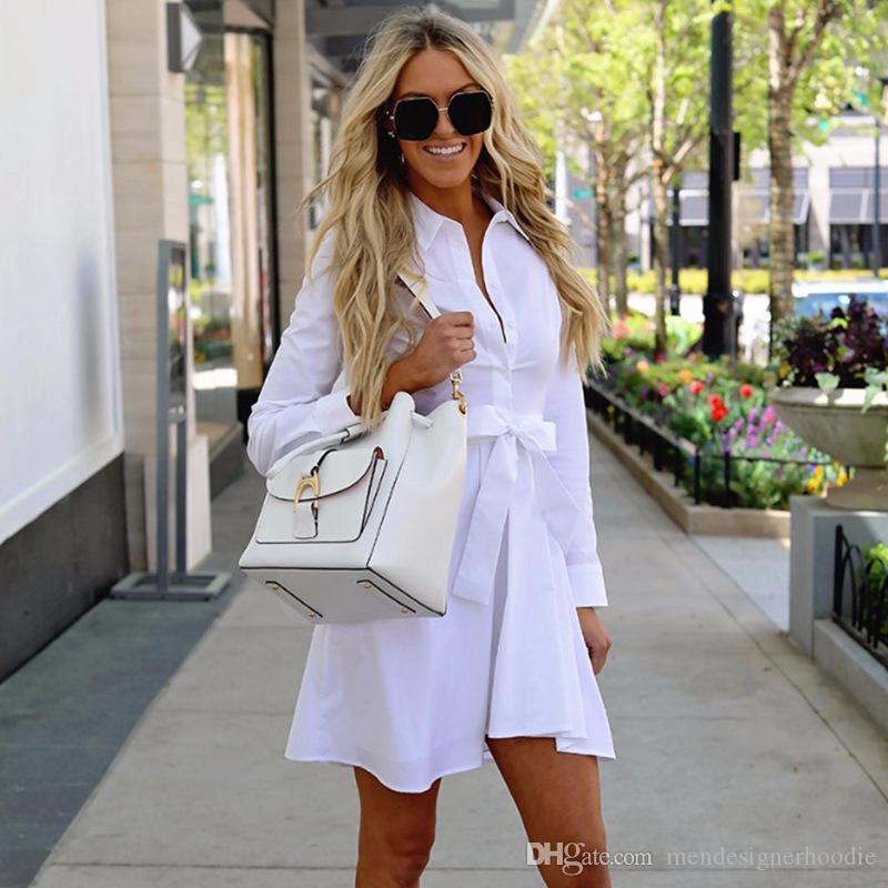 النساء اللاتي يرتدين قميصا بلون سترة واقية من القلب يرتدين قميصا لونا صلبا ذو أكمام طويلة