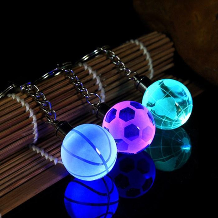 Neue Kristall-LED-Licht Schlüsselanhänger Auto Schlüsselanhänger Schlüsselanhänger Fußball-Basketball-Erde-Kugel-Anhänger Schlüsselanhänger Für Lieblings Sportler Geschenk