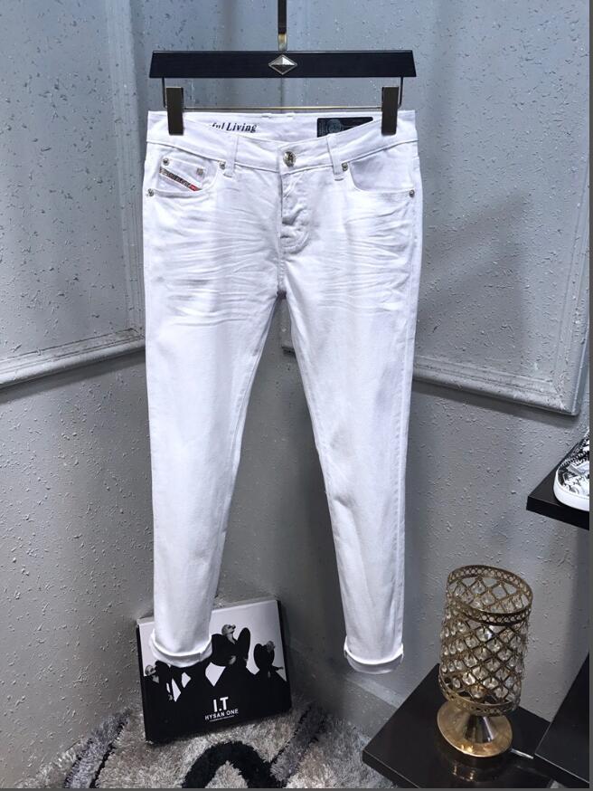 TOP stile casual progettisti di modo sottile nero jeans strappati i pantaloni estivi moto cotone da uomo jeans dei fori 8801