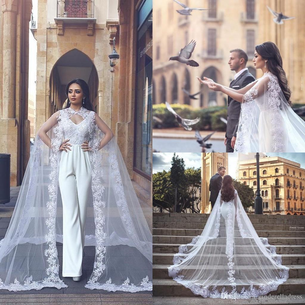 Tuta bianca Abiti da sposa Scollo a V Pizzo Applique Pantalone Arabo Dubai Abiti da sposa con mantello sweep