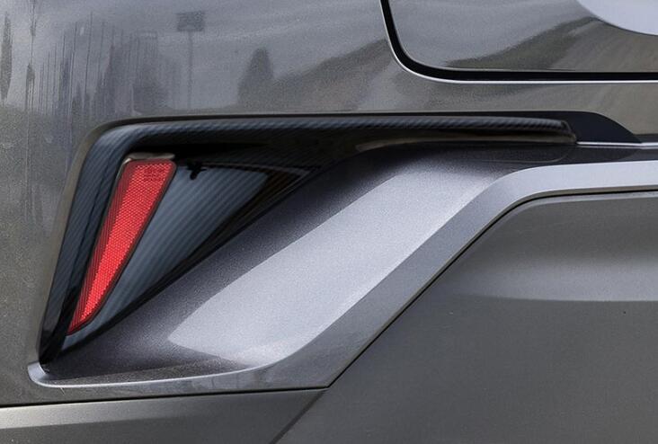 لTOYOTA C-HR 2017 2 PCS العلامة التجارية مصباح الألياف الكربون الجديدة ABS الكروم الخلفي العلوي الضباب غطاء تريم السيارات اكسسوارات التصميم السيارات