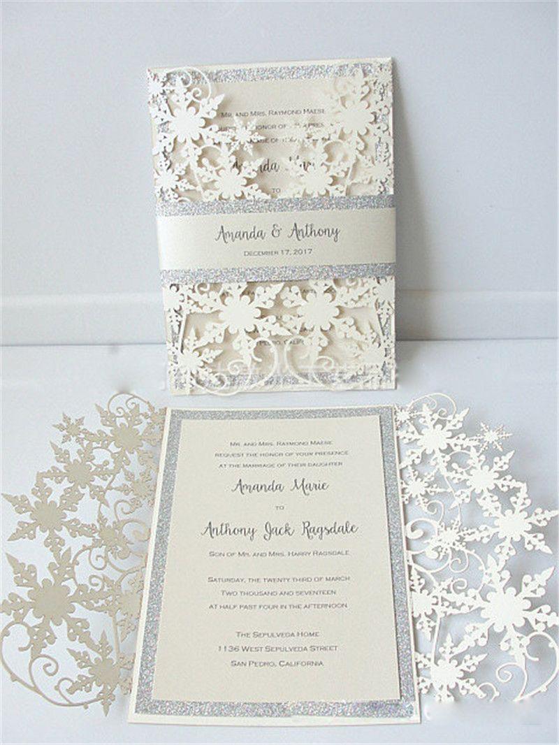 Invierno Shimmer Copo de nieve Corte las invitaciones de boda con la tarjeta de invitación de compromiso de marfil de banda de brillo plateado como favorito