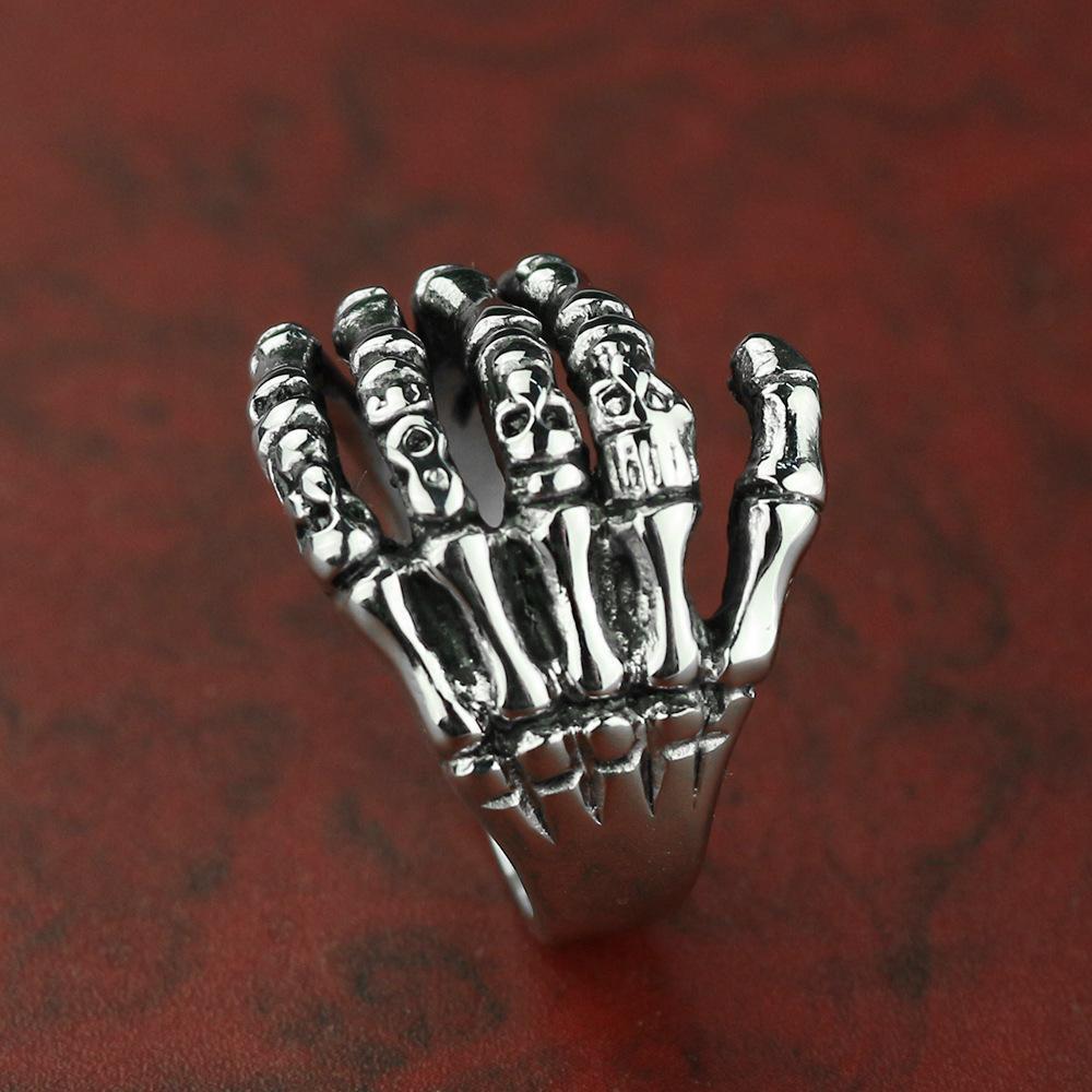 2020 New Special für E-Commerce Hot Selling-Modelle in Europa und den Vereinigten Staaten ein Schädel Hand Titanium Edelstahlmens-Ring mit der Hand