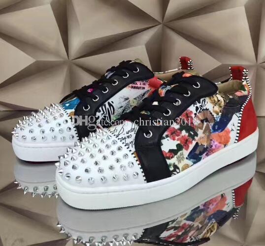 2019Popular de alta calidad personalizada de metal con clavos picos zapatos casuales para hombres y mujeres zapatillas bajas con zapatos de caminar planos suaves de fondo rojo