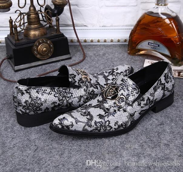 Slip On Charms a punta Sapatos Masculino Spring Autumn Mocassini New 2019 Fashion Silver Flower Stampa Oxford Scarpe da uomo