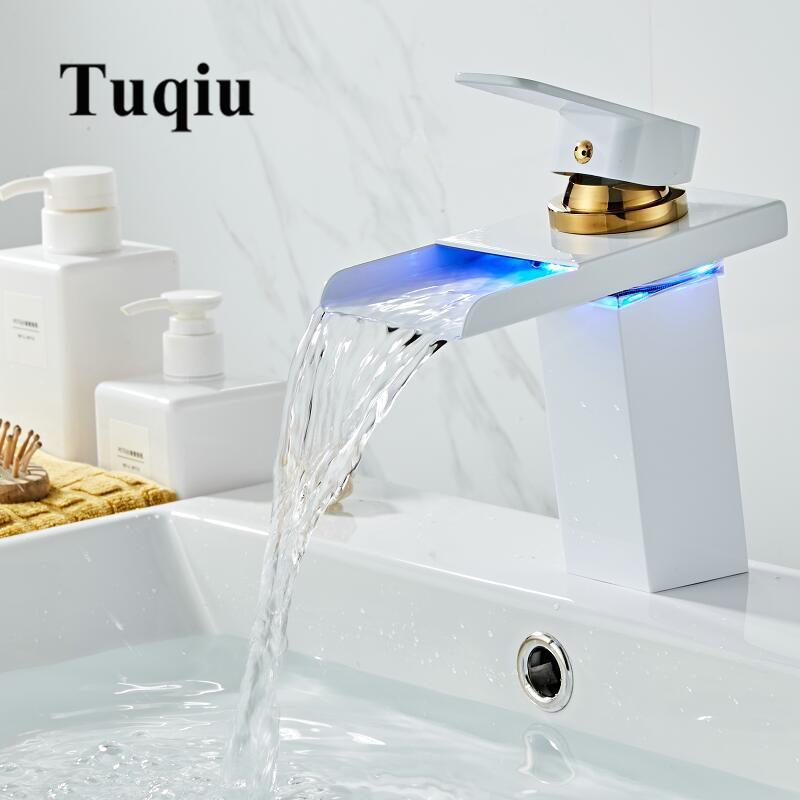 Casa de banho torneira Cachoeira LED Faucet Branco e Gold Brass torneira Bacia. Banheiro Mixer Tap Deck Montado Bacia Sink Mixer Tap