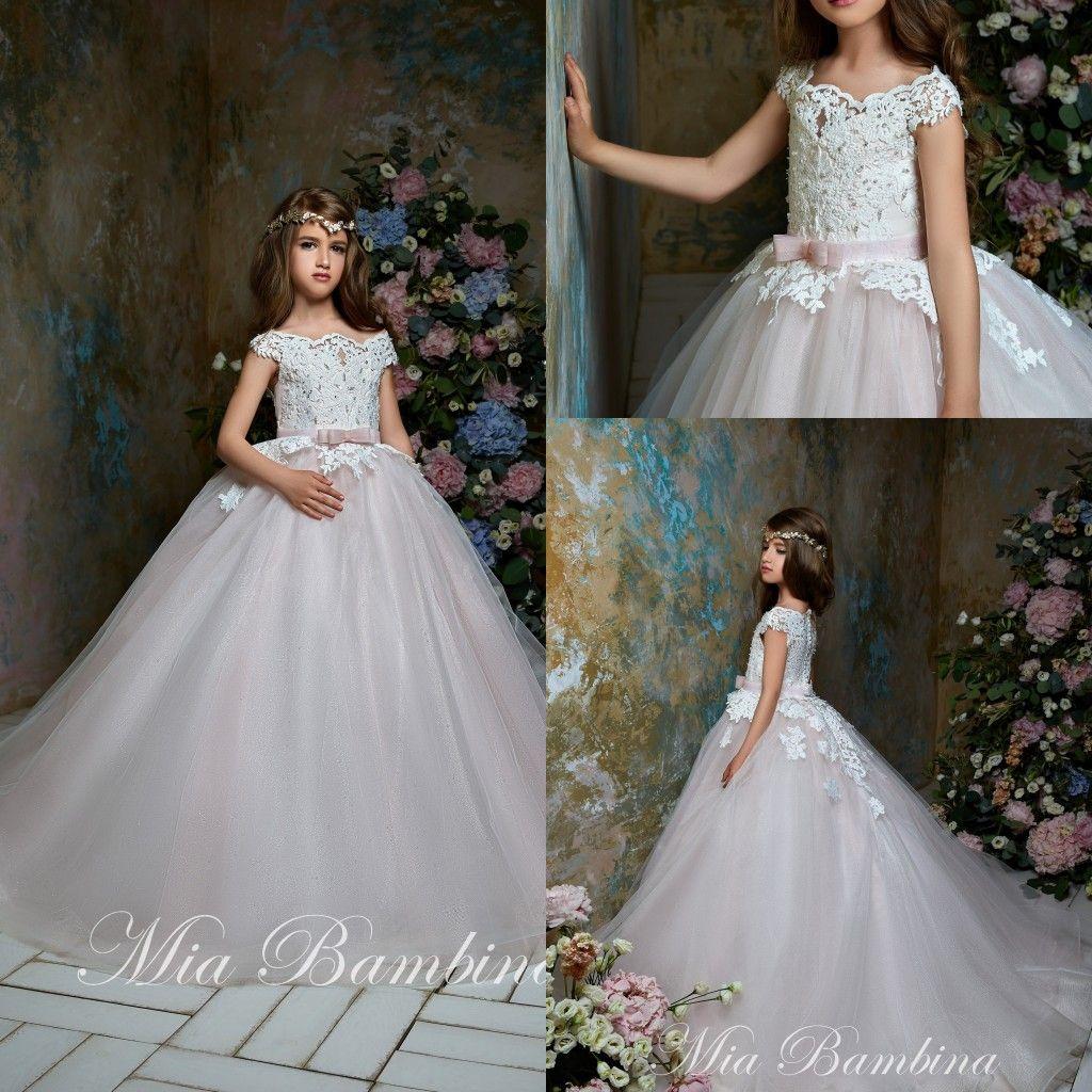 2020 Çiçek Kız Elbise Off Omuz Aplike Boncuklu Kolsuz Kız Yarışması Elbise Bow Kanat fırfır Tren Kız Doğum Gowns Sweep