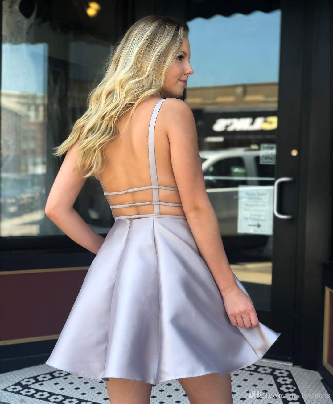 Großhandel A Line Tiefer V Ausschnitt Kurz Silber Satin Kleid Mit Taschen  Mini Graduation Dresses Für Abschlussball Party Nach Maß Für Mädchen Von