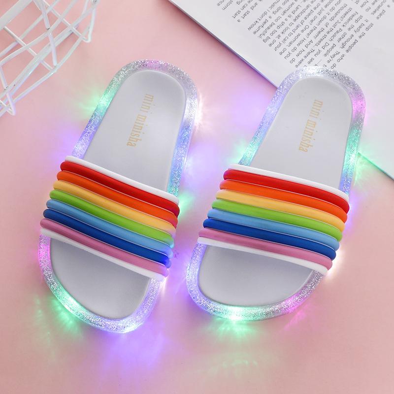 1pairs / 2ST 2020 neue Kinder führen blinkenden Regenbogen-Flipflops Gestreifte Kleinkind-Mädchen-Gelee-Hausschuh Sommer-Kind-Mädchen Luminous Slipper-Schuhe