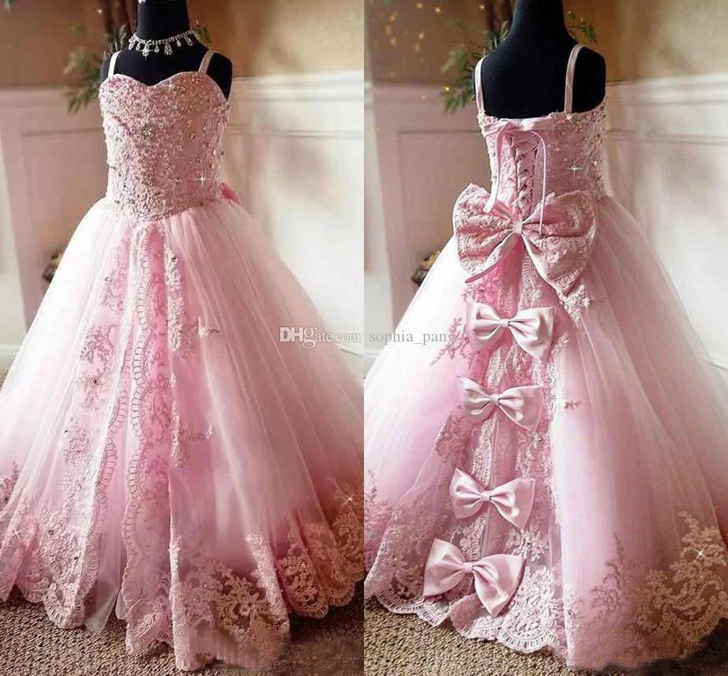 Neuesten Charme-Rosa-Spitze Mädchen-Festzug-Kleider wulstige Spaghettitrgern Applique Bogen-Blumen-Mädchen-Kleider für Kinder Formal Wear