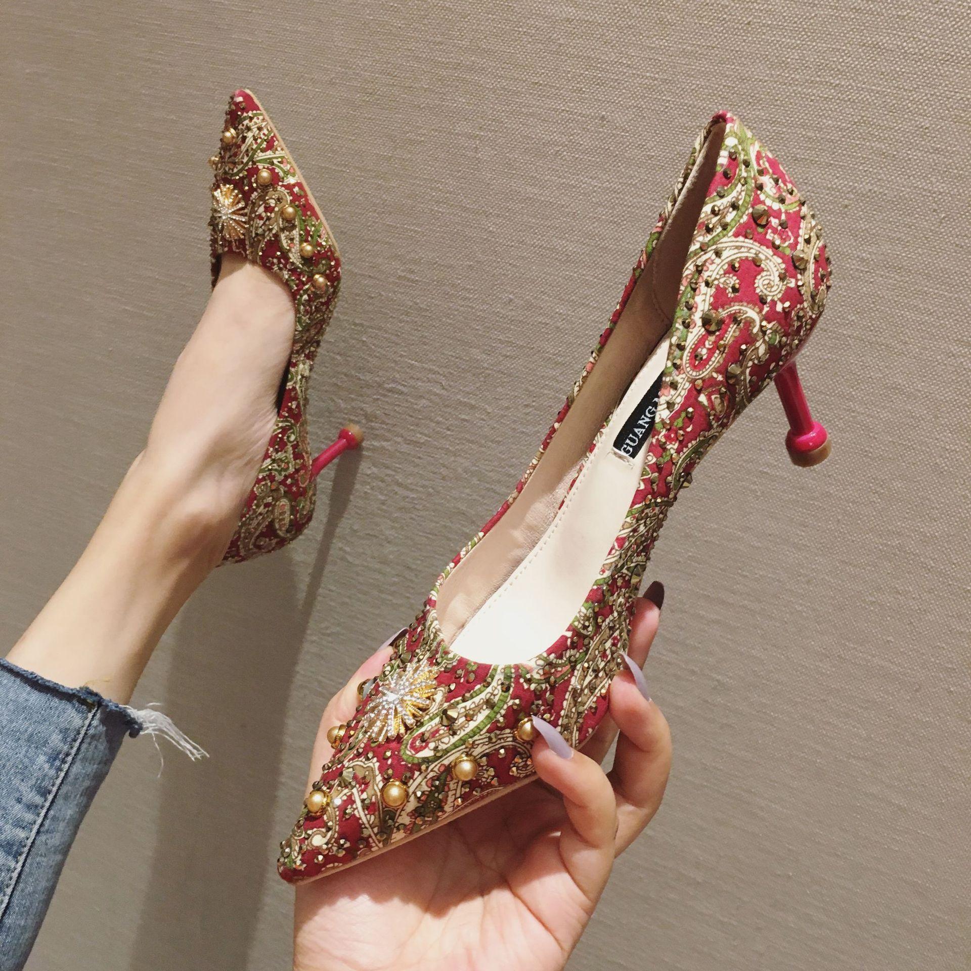 China Style strass tacco alto a punta pompa Rivetti Stampa nozze partito di promenade dei pattini 2020 Indossare scarpe Women Shallow poco costoso 70mm sera nuziale