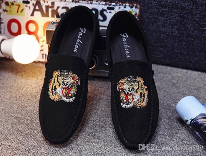 Venda quente Homens Designer Mocassins Pretos Dos Homens Sapatos de Barco Cabeça de Tigre de Luxo Camurça Deslizamento Em Mocassins Sapatilha Casual Mens Sapatos de Condução Plana