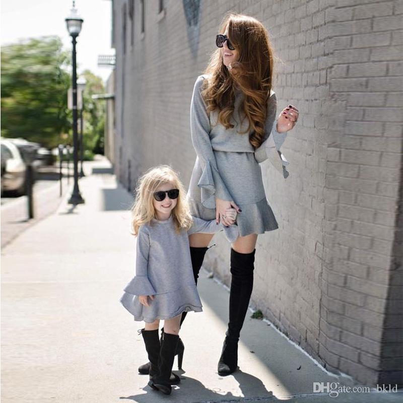 Mãe filha se veste Primavera Outono 2018 Mesma roupa mamãe e meninas roupas manga comprida Ruffles Vestido cinzento família