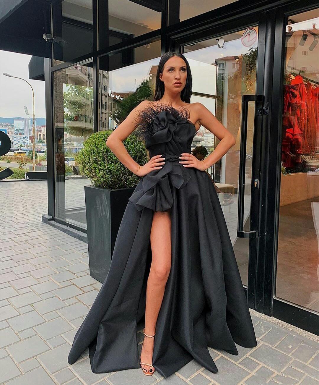 Robe de bal noire 2020 bretelles Satin plumes une ligne haute robe de soirée fendue personnalisée de train de balayage guiche de cocktail