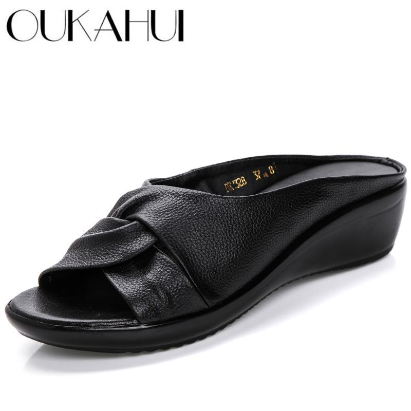 OUKAHUI véritable Femme en cuir Chaussures ouvertes Chaussons femme Tongs Chaussures d'été Slip-On Med Heel Wedges Diapositives Sandales Femmes 2019