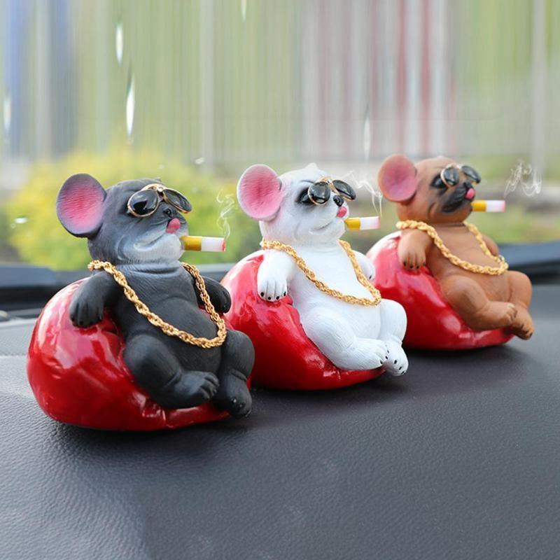 Nette Hunde Schweine Dekoration Simulation Rauchen Hund perfektes Geschenk Spielzeug-Auto-Verzierungen / Dekorationen