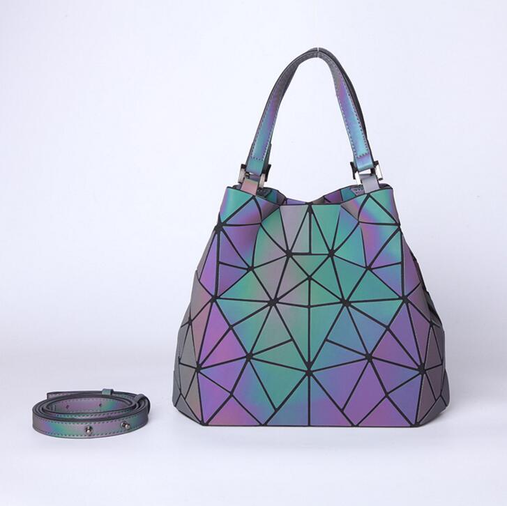 Maelove HOT Moda Mulheres Luminous Bag Diamante Tote Geometria acolchoados ombro sacos Laser Plain Folding Bolsas frete grátis