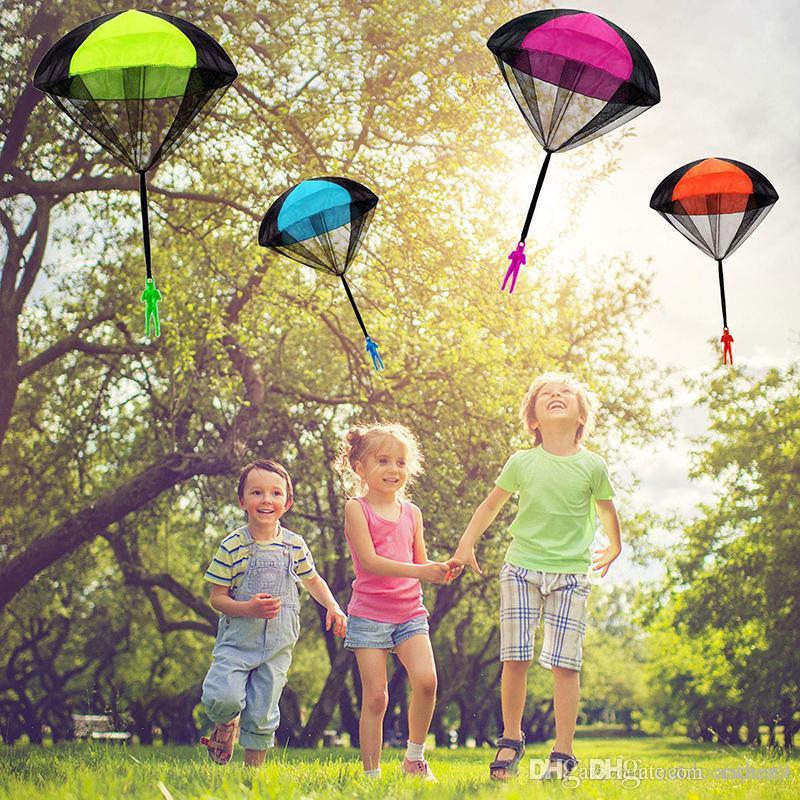 Lanciare a mano Mini Soldato paracadute giocattolo divertente Kid Gioco da Esterni Gioca Giocattoli educativi mosca paracadute sportiva per i bambini Giocattolo