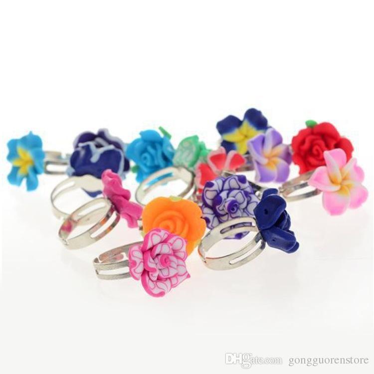 100 Adet / grup Toptan Karışık Renkler Çiçek Polimer Kil Parmak Yüzük Çocuklar Için Çocuklar Için Çiçek Ayarlanabilir Yüzükler Hediye