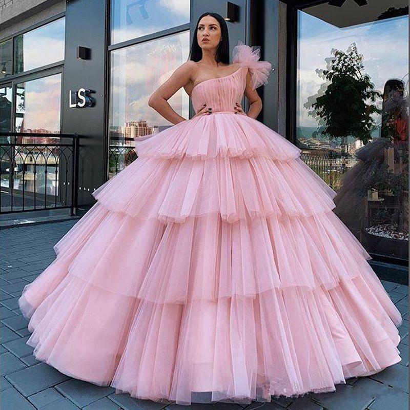 Arabisch Hellrosa Ballkleid Quinceanera Kleider einer Schulter Puffy Tiered Tutu Röcke formales Abschlussball-Kleid-Mädchen-Bonbon-16 Party-Kleid