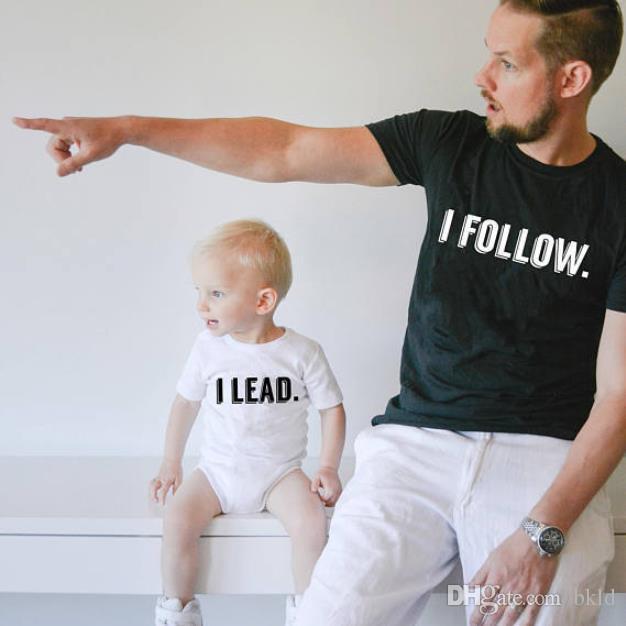 Été manches courtes famille Matching papa maman T-shirt bébé Hauts pour enfants Lettres drôle imprimé « Je suis je dirige » Les vêtements assortis famille Outfit
