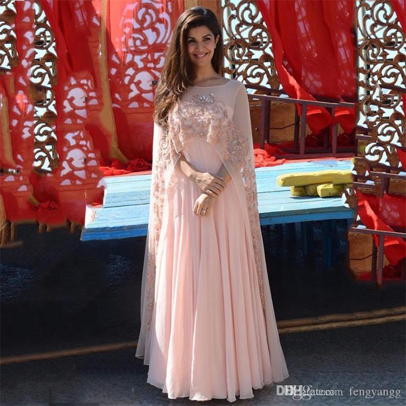 2019 Zarif Açık Pembe Dantel Aplikler Abiye Uzun Ile Cape Şeftali Şifon Örgün Törenlerinde Hint Kadın Elbisesi Uzun Elbise Custom Made