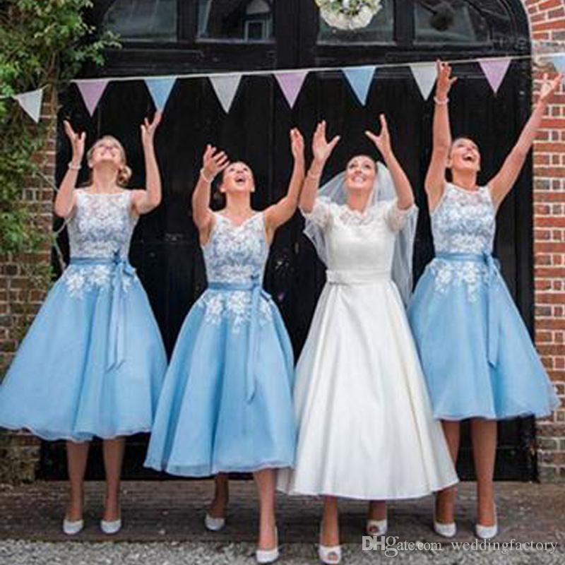 컨트리 스타일 차 길이 들러리 드레스 플러스 사이즈 얇은 깎아 지른 바테 넥 민소매 레이스 아플리케 웨딩 파티 신부 들러리 드레스 새시