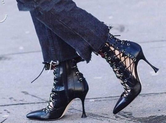 Туфли на высоком каблуке женщины 18 Новый европейский и американский стиль дикие черные ремни полые сандалии острый носок тонкий с римскими сандалиями женщины лето