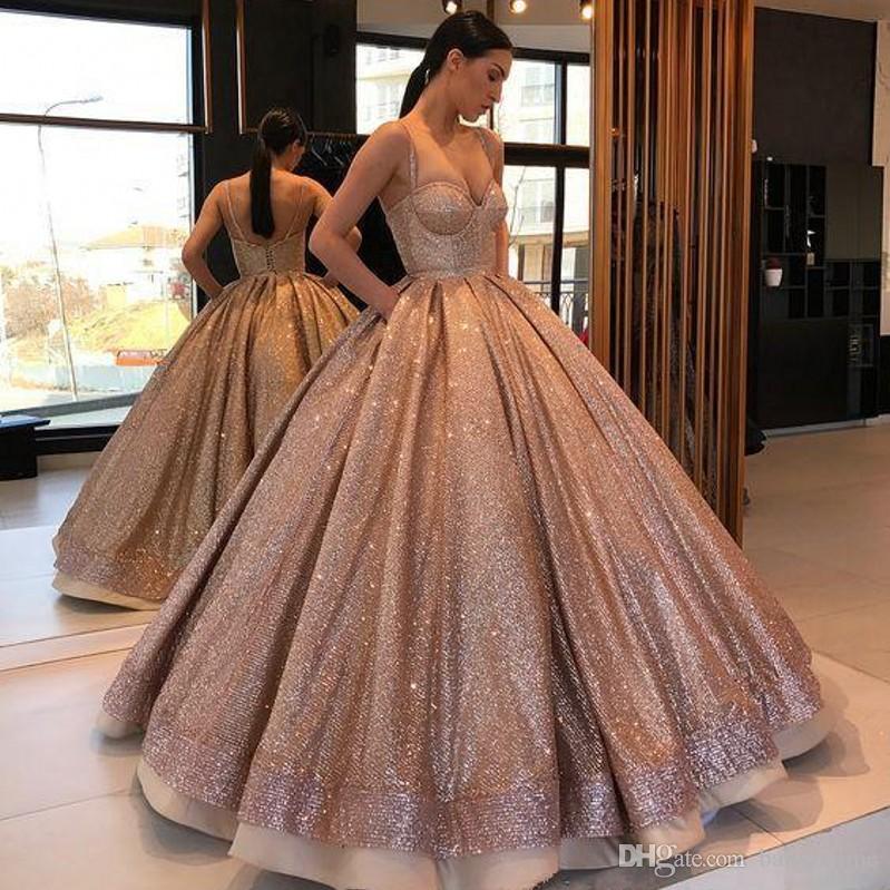 2020 vestidos de baile árabe bola de Rose del oro de Quinceanera del vestido sin espalda con pliegues tirantes de espagueti dulce 16 vestidos para niñas de las lentejuelas del partido Vestidos
