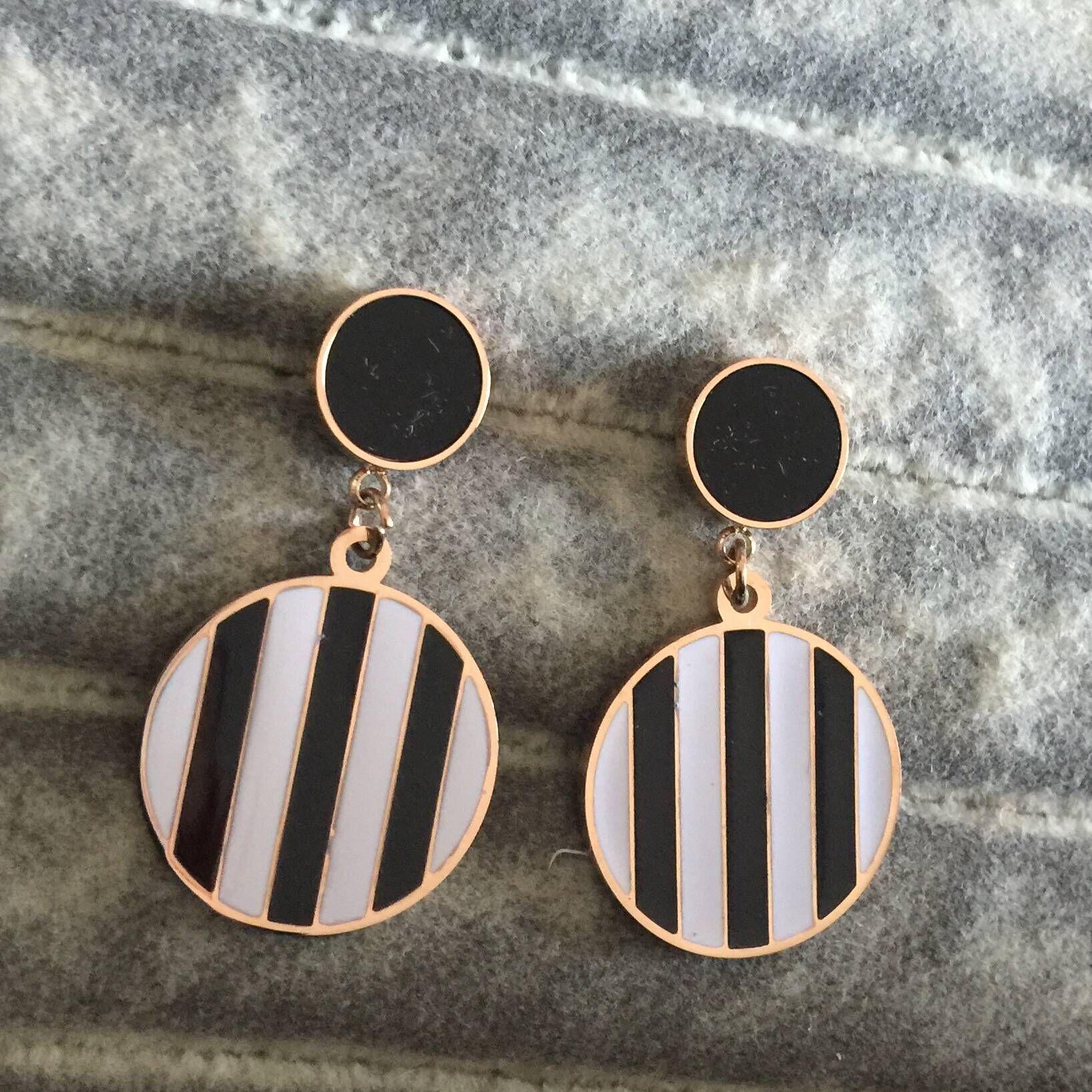 Alta calidad de lujo 18k de oro rosa carta llena negro cuelgan blanco de moda de acero inoxidable 316L pendientes amor por las mujeres al por mayor