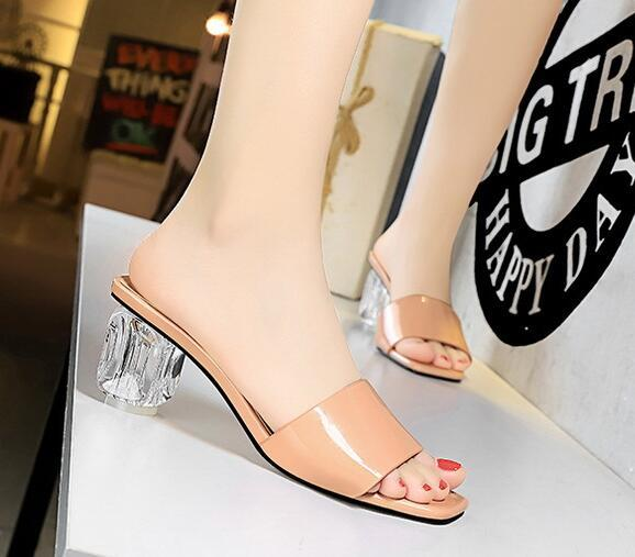 2019 Sommer der neuen Frauen Art und Weise beiläufige Lackleder hyaline Ferse Sandalen Frau Schuhe Mode Pantoffel