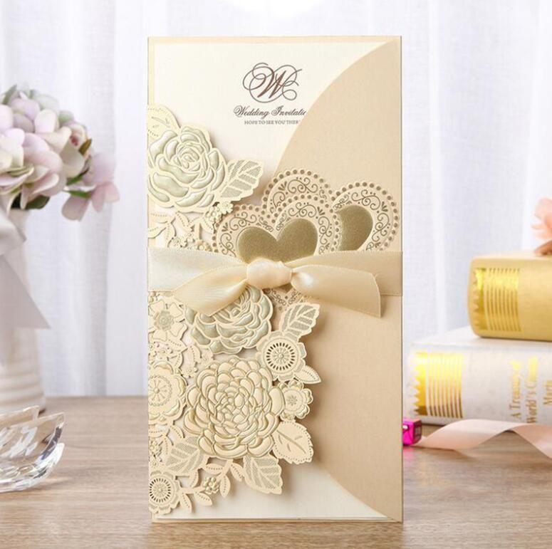 Новый 4 Шт. Набор Золото Лазерная Резка Свадебные Приглашения Роза Любовь Сердце Поздравительные Открытки Настройка Конверты С Лентой Событие Праздничные Атрибуты
