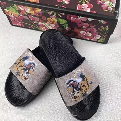 Zapatos de playa gucci Diseñador Caucho sandalia de deslizamiento Brocado  floral Hombres zapatillas Pantalón de chanclas d69f3fef691
