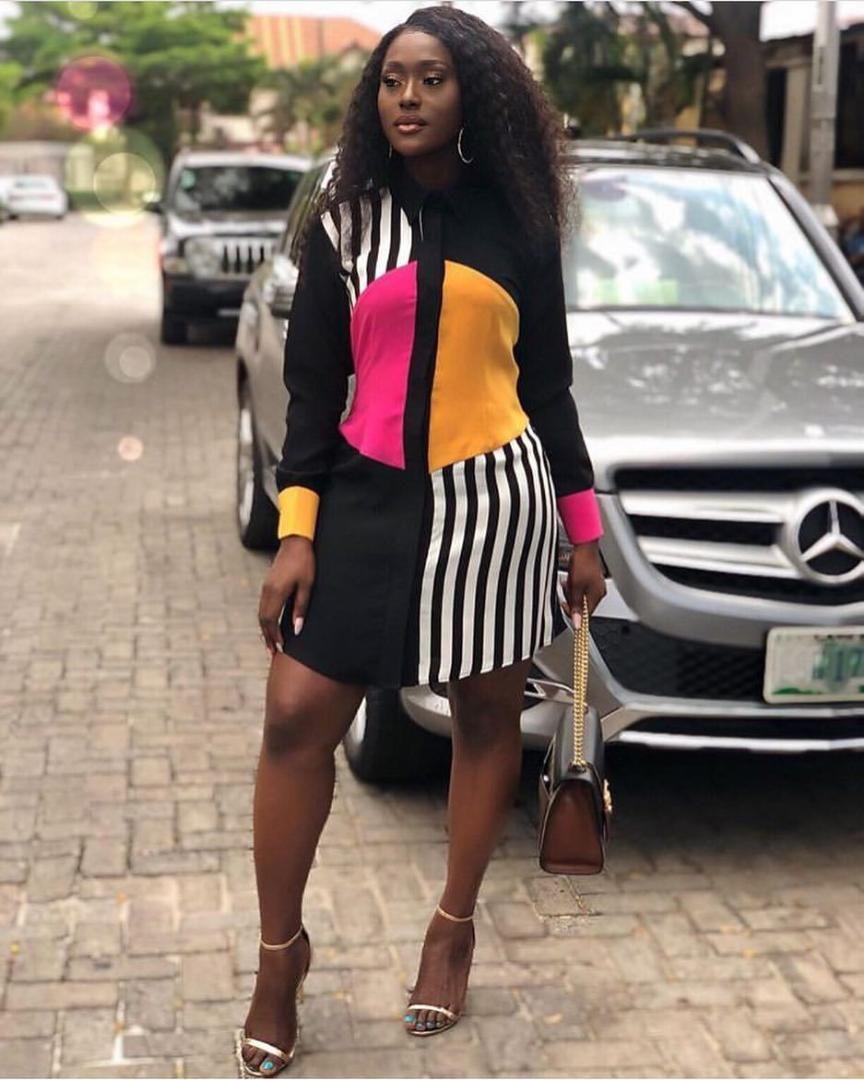ارتداء المرأة الأفريقية نمط ارتداء المرأة الأفريقية مخطط خليط قميص متعدد الألوان طوق وحيد الصدر فستان بأكمام طويلة