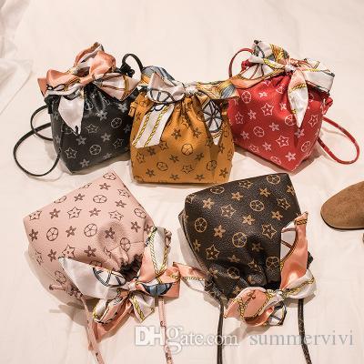 Lady Style Girls PU Bolsa de cuero Bolsa de cuero Moda Niños grandes Seda Bufandas Arcos Un bolso de hombro Mujeres Impreso Bolso A2047