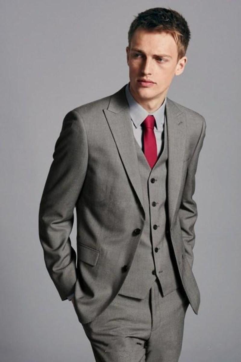 New Fashionable Two Button Smoking dello sposo grigio Peak Groommen con risvolto Best Man Abiti da uomo (Jacket + Pants + Vest + Tie) 680
