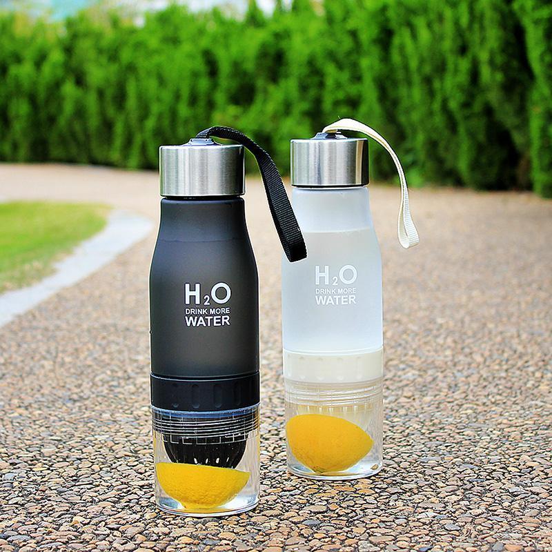 زجاجة هدية عيد الميلاد 650ML المساعد على التحلل المياه البلاستيك الفاكهة تسريب الاطفال الشراب الرياضة في الهواء الطلق زجاجة عصير الليمون المحمولة أباريق