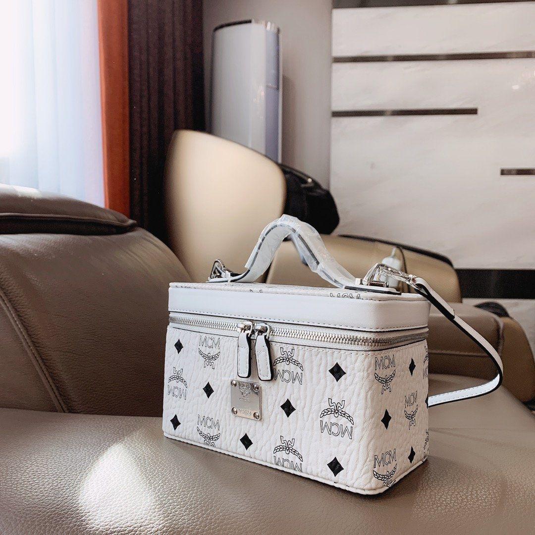 luxury Cosmetic Box Genuine Leather Designer handbag Box Super practical and joker Chain Handbag Letter printed with box 20031003T