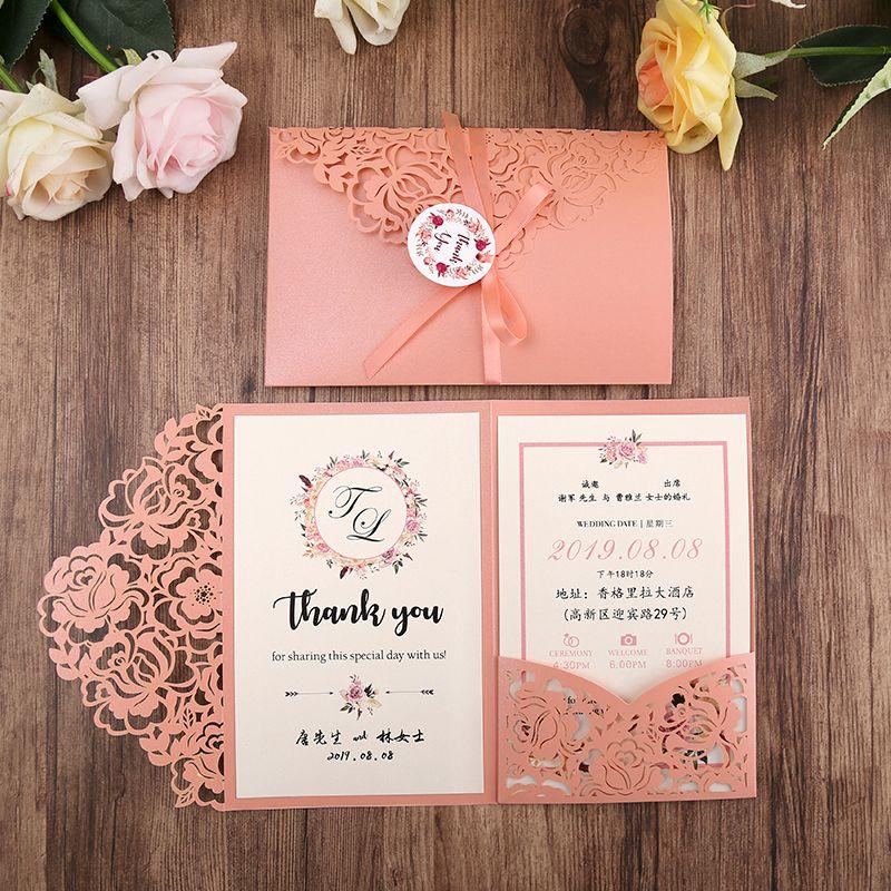 Rubor rosa Trifold corte del laser invitaciones de la boda de la perla Shimmy boda de bolsillo invite con la tarjeta y el sobre de la cinta y
