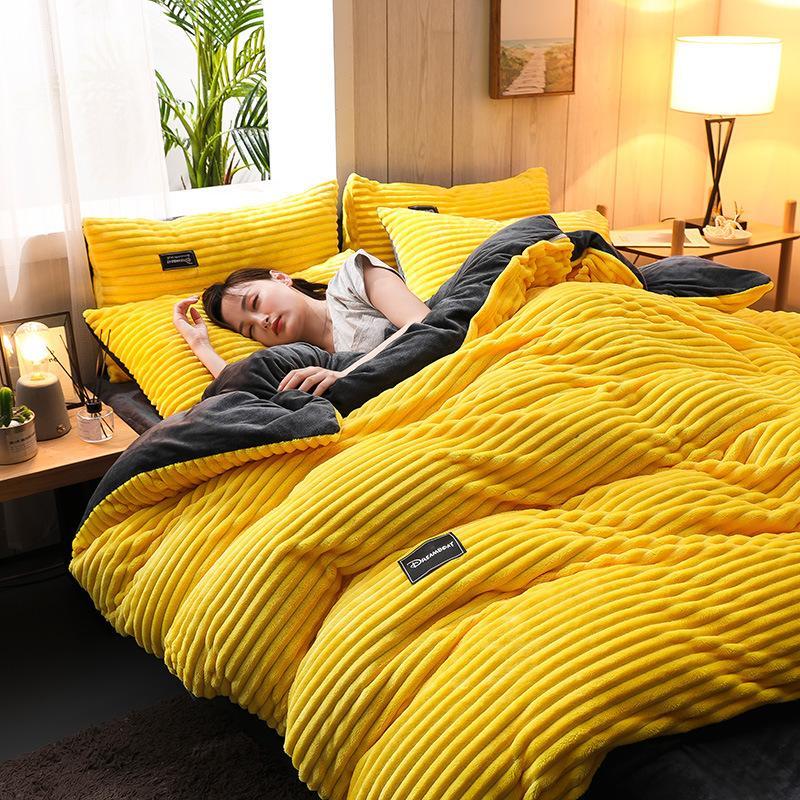 Ispessita flanella 4pcs si è regolato di lusso re completi letto insieme formato consolatore corallo della peluche piumino copriletto foglio T200326 caldo inverno