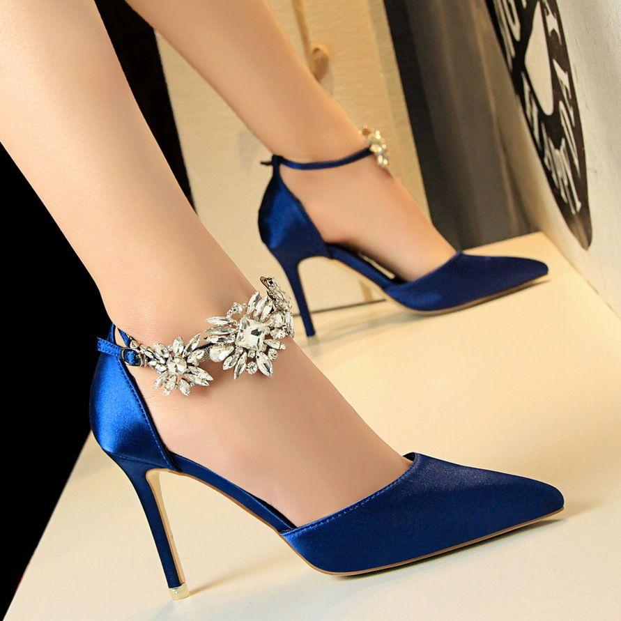 Европейский и американский стиль высокий каблук женская обувь атласная полые мелкий острый горный хрусталь с одной обуви ужин обувь