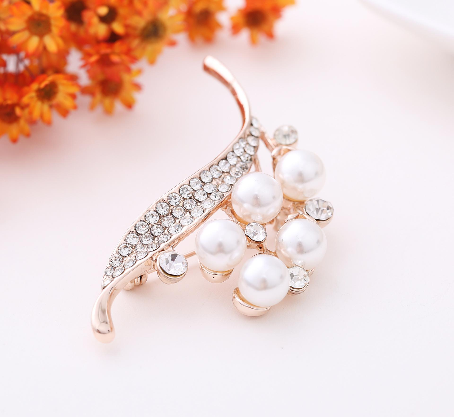 Tahitian Pearl Brooch for Woman Fashion High-end Flower Alloy Pin Crystal Pins Rhinestone Brooch for Dress Clothing Party Festival Gift
