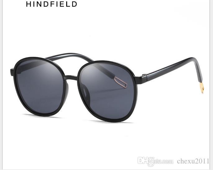 Nuevas gafas de sol marinas transparentes de moda. Fotografía de calle de calle. Hombres y mujeres. Sombrilla universal.